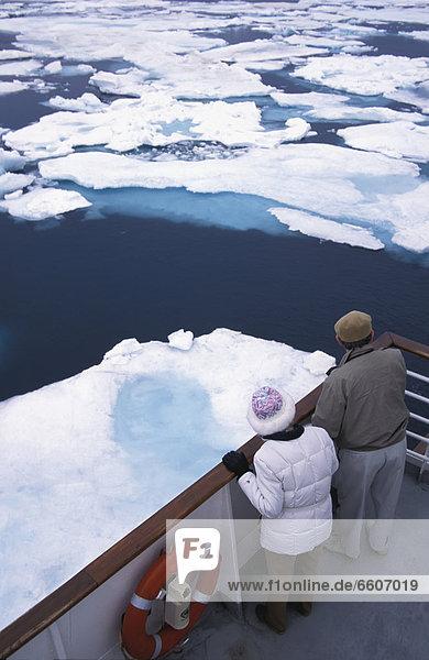 sehen  über  fließen  Tourist  Boot  Eis  2  Geländer