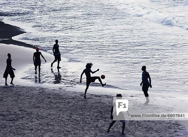 Mann Strand jung Football spielen