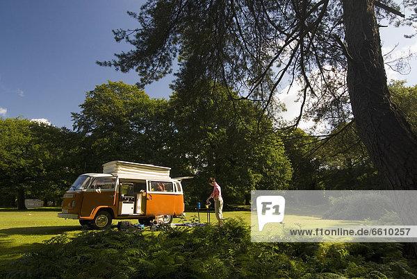 Außenaufnahme Frau Produktion Wald Wohnmobil alt Tee