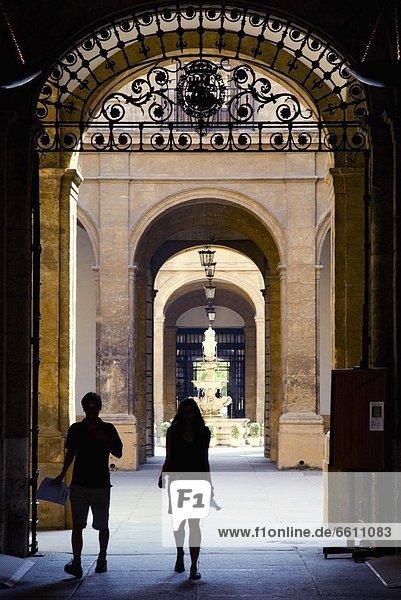 Tourist  Besuch  Treffen  trifft  Alcazar von Sevilla