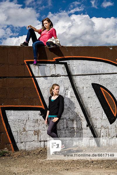 Teenager mit Skateboards in städtischem Umfeld