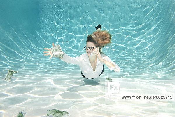 Europäer Geschäftsfrau geben Unterwasseraufnahme Geld