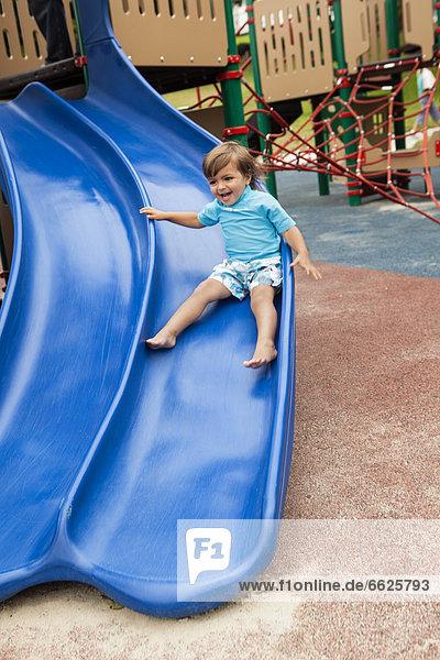 rutschen  Junge - Person  mischen  Spielplatz  Mixed  Rutsche  rutschen