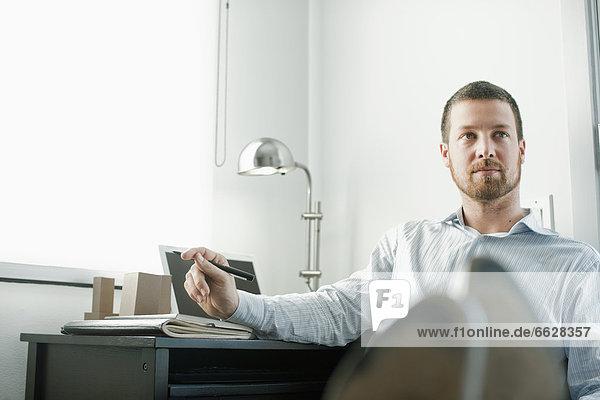 hoch  oben  sitzend  Europäer  Schreibtisch  Geschäftsmann