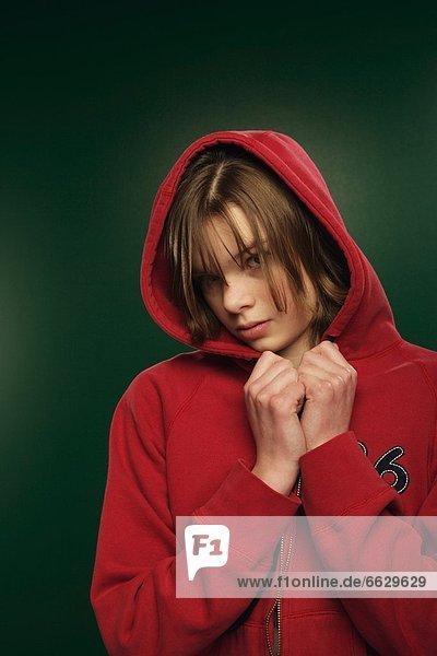 Jugendlicher  ernst  hoch  oben  Kapuzenjacke  rot  Kleidung  Mädchen