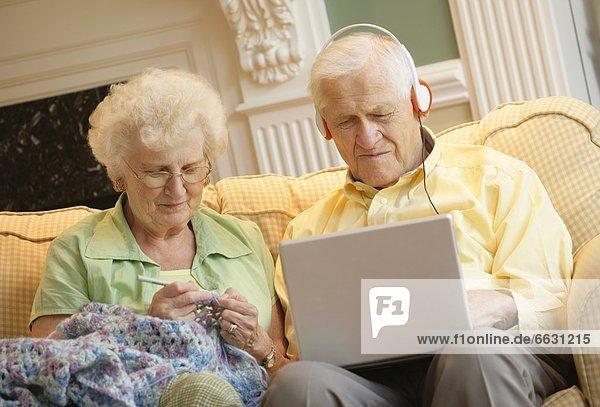 Senior  Senioren  Zusammenhalt  Zeit  Geld ausgeben  Zeit verbringen