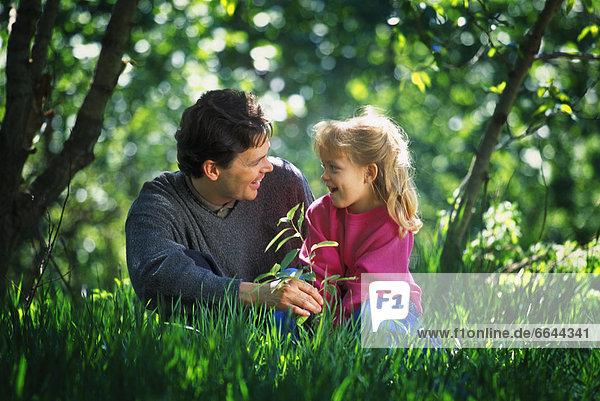 sitzend  Menschlicher Vater  Tochter