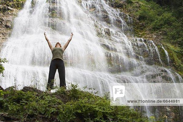 Frau  heben  frontal  Wasserfall