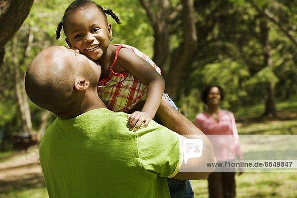 Menschlicher Vater  küssen  Hintergrund  Tochter  Mutter - Mensch