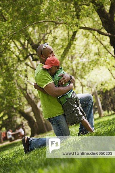 umarmen  Menschlicher Vater  Sohn  Ansicht  Seitenansicht