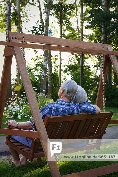 hinter Senior Senioren schaukeln schaukelnd schaukelt schwingen schwingt schwingend sehen Schaukel