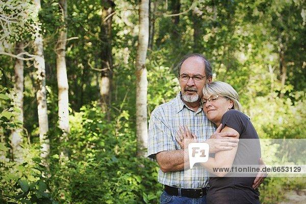 Ehefrau  umarmen  Ehemann