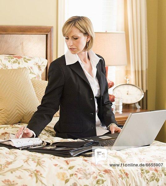 Interior zu Hause Frau Computer arbeiten