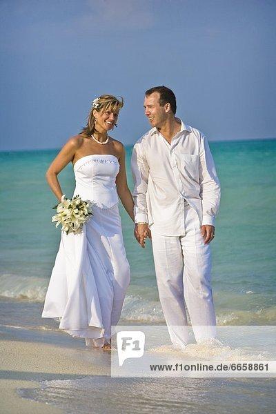 Braut  Bräutigam  Strand  halten
