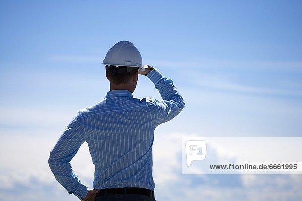 Bauarbeiterhelm  Mann  sehen  Himmel
