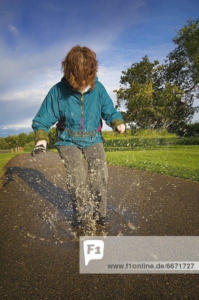 Frau  Regen  Pfütze  spielen
