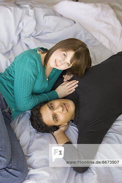 liegend  liegen  liegt  liegendes  liegender  liegende  daliegen  Bett  jung  multikulturell