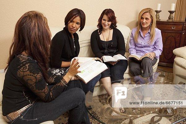 Frau  4  sprechen  Bibel  vorlesen
