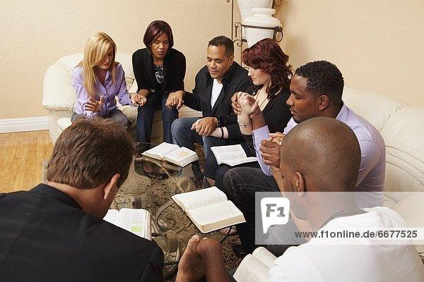 Wohnhaus Gebet Besuch Treffen trifft Bibel