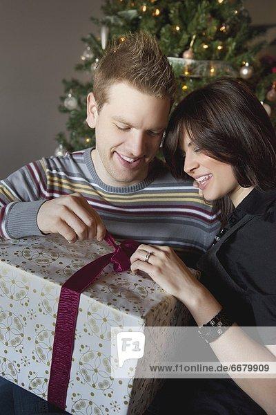 Geschenk aufmachen Weihnachtsbaum Tannenbaum
