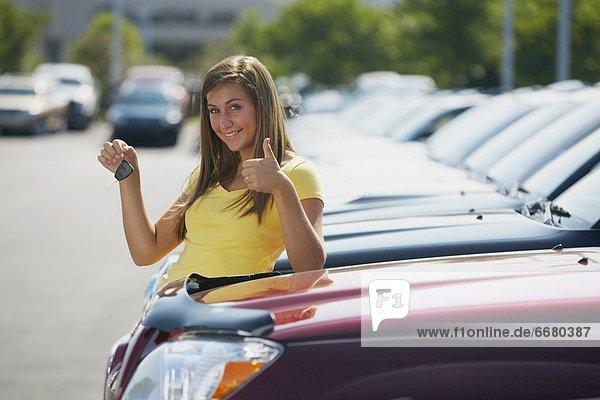 Frau  Auto  Verkehr  jung  Schlüssel  Händler