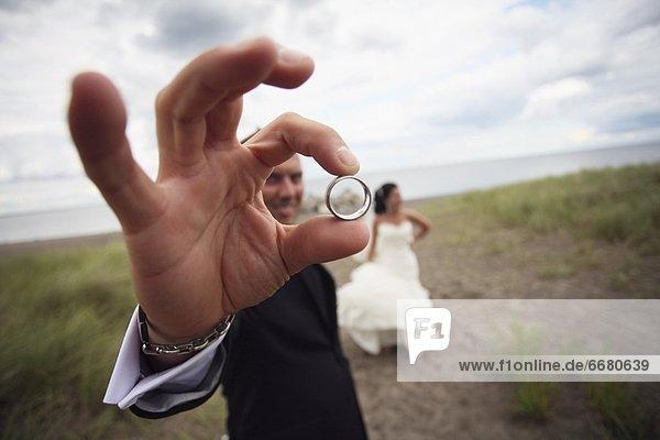 stehend  Braut  Bräutigam  Hochzeit  halten  Fernverkehrsstraße  schmutzig