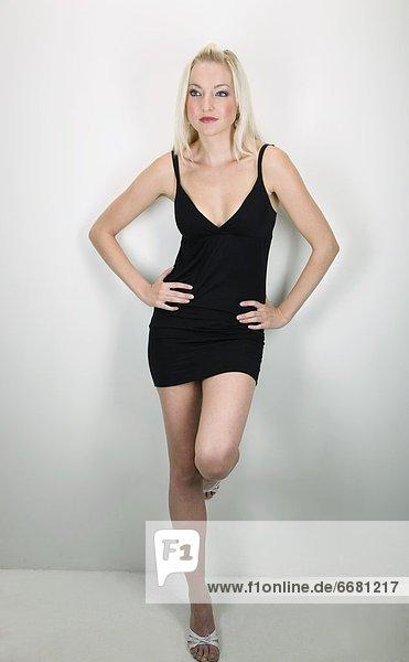 Portrait  Frau  klein  schwarz  jung  Kleid