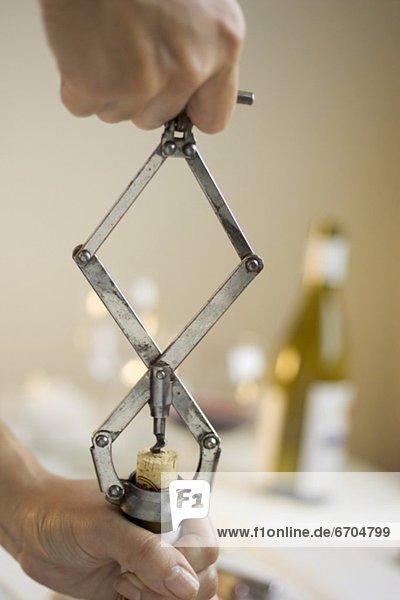 aufmachen  Wein  Flasche aufmachen ,Wein ,Flasche