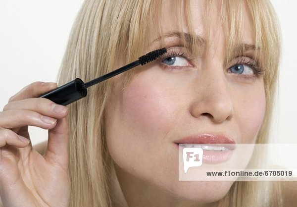 Frau Anwendung Mascara