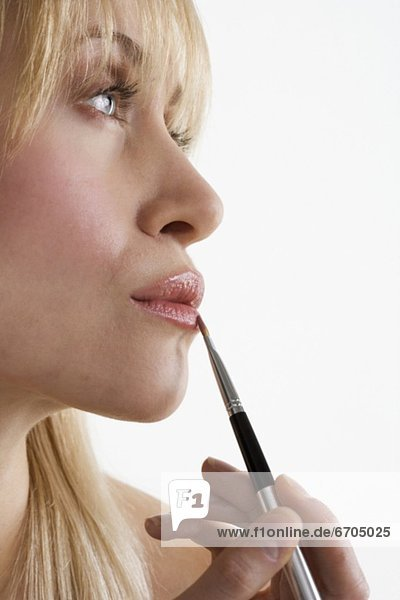 Profil  Profile  eincremen  verteilen  Frau  Lippenstift  auftragen mund