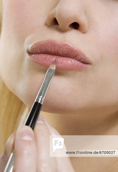 Frau  Lippenstift  Bürste mund