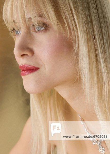 Profil  Profile  blond  Frau  Halskette  Kette  Kleidung  Collier mund