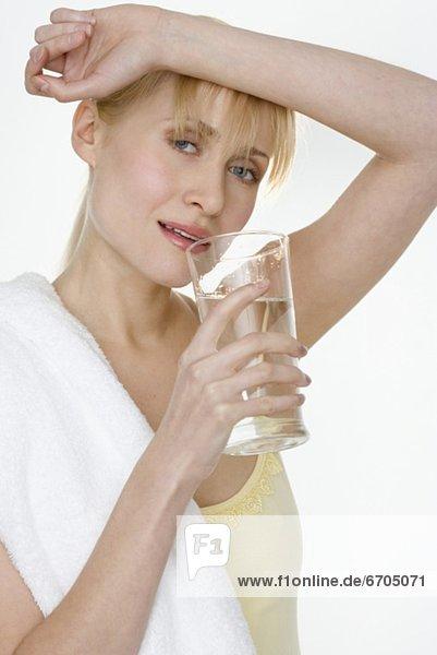 Wasser  Frau  Handtuch  trinken