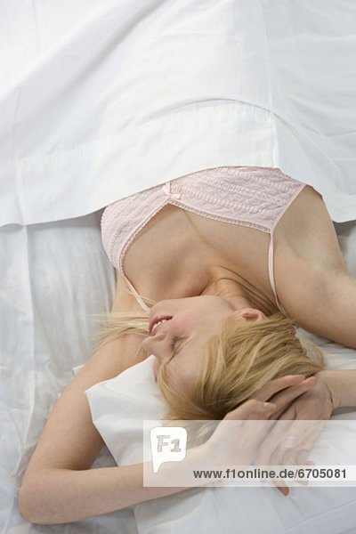 Profil  Profile  Frau  lächeln  Bett