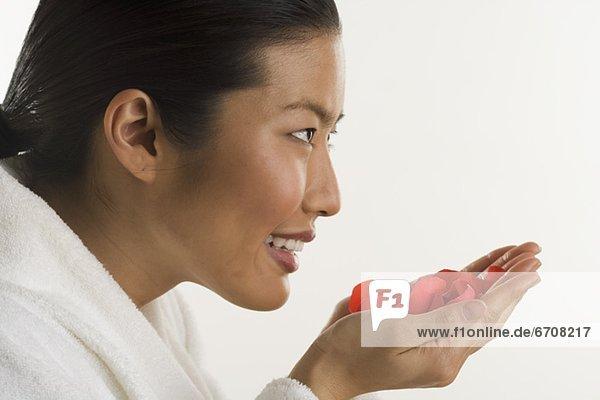 Woman smelling Rosenblüten