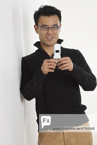 Junger Mann telefoniert mit dem Handy  fully_released