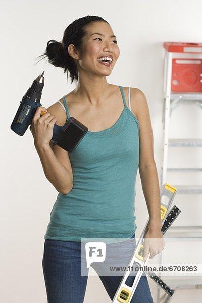 Frau Wohnhaus reparieren