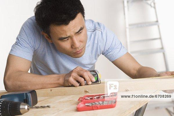 Mann Wohnhaus reparieren