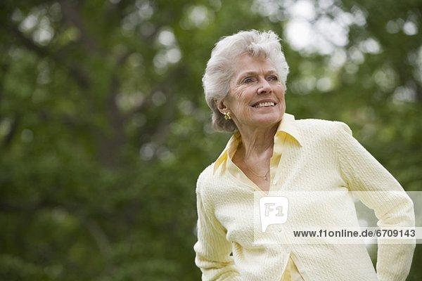 Außenaufnahme  Senior  Senioren  Portrait  Frau  freie Natur