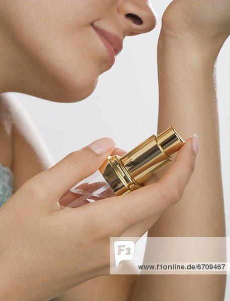 hoch  oben  nahe  stinken  Frau  halten  Parfüm  riechen
