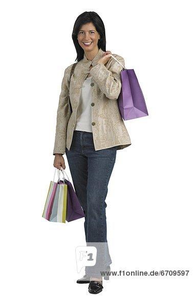 Frau hält Einkaufstaschen