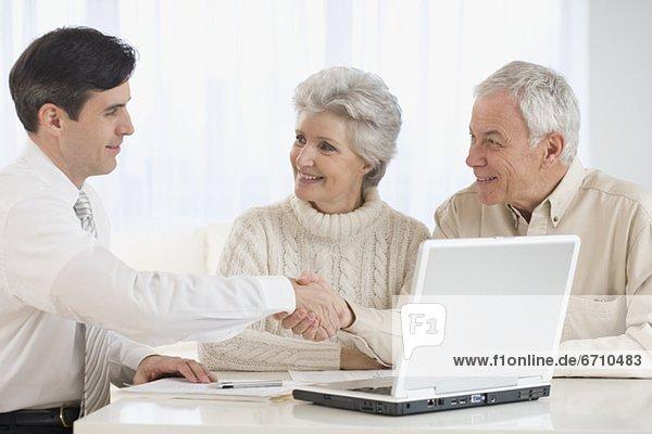 Senior Senioren Geschäftsmann schütteln zu Hause