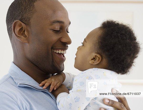 Vater lächelnd an baby