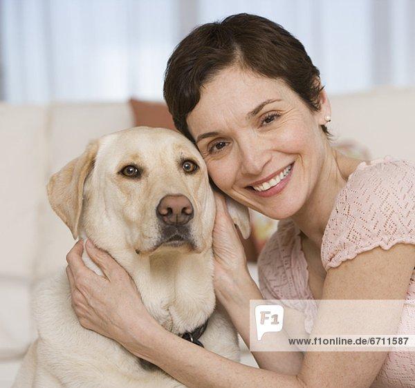 Frau  Wohnzimmer  umarmen  Hund