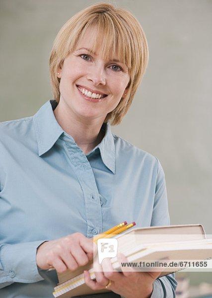 Frau  Bleistift  Buch  halten  Schule