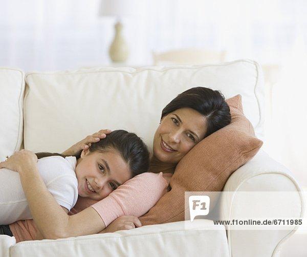 Couch  umarmen  Tochter  Mutter - Mensch