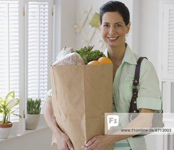 Frau  Tasche  Lebensmittelladen  Küche  halten