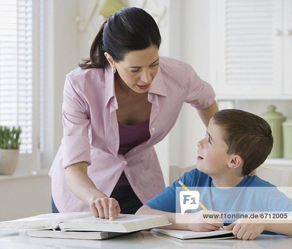 Mutter Sohn bei den Hausaufgaben zu helfen