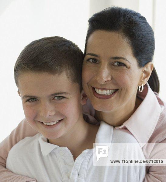hoch  oben  nahe  umarmen  Sohn  Mutter - Mensch