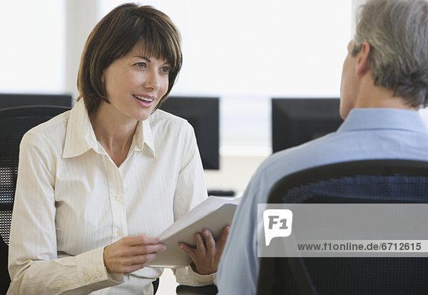 Geschäftsfrau  sprechen  Kollege
